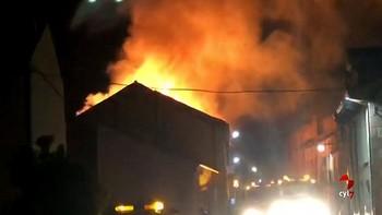 Un incendio destruye por completo dos viviendas y daña otros dos inmuebles en la travesía de Fuenterrebollo