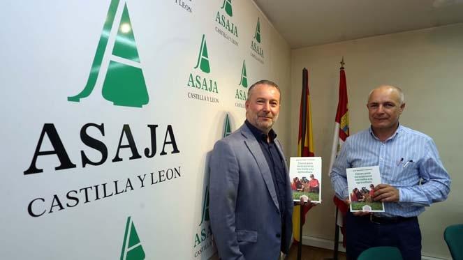 El presidente de Asaja Castilla y León, Donaciano Dujo, presenta el libro 'Claves para incorporarse con éxito a la agricultura?, junto al autor de la obra, el secretario de la organización autonómica, José Antonio Turrado - rtvcyl.es