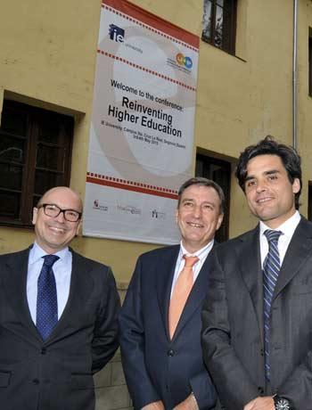 El consejero de Educación de la Junta acompañado por Santiago Iñiguez (I), rector magnífico de la IE Universidad, y Juan José Güemes (D), presidente del centro internacional de gestión emprendedora del IE. - rtvcyl.es