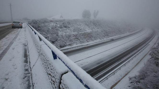La autovía A6 a su paso por Ponferrada afectada por la intensa la intensa nevada - rtvcyl.es